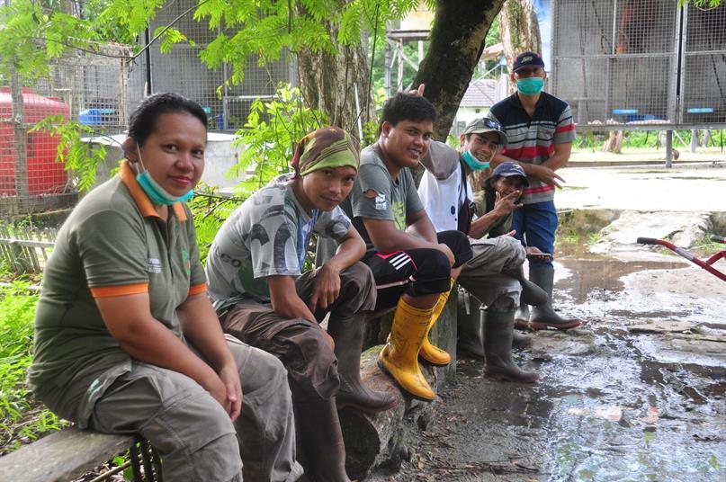 Mitarbeiterin Hanni und das Enrichment-Team in der BOS-Rettungsstation