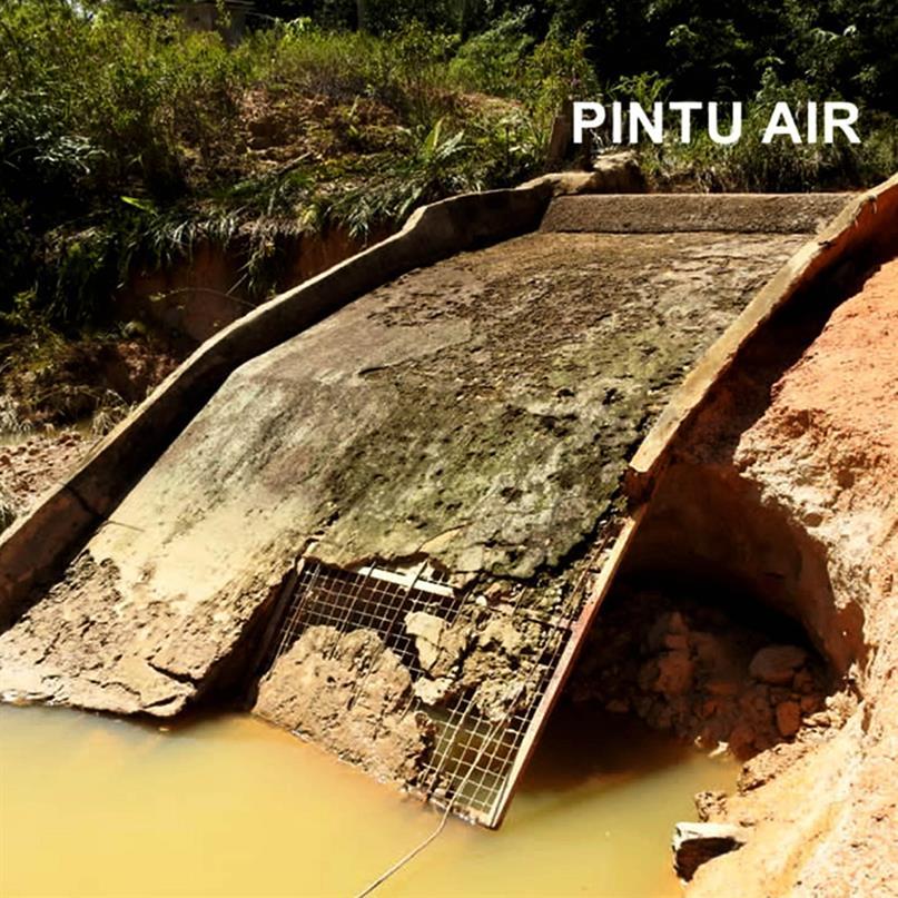 Beschädigte Brücke aufgrund von Überschwemmungen