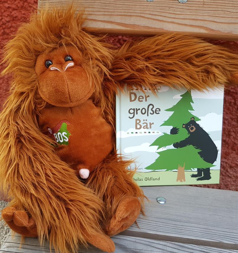 Plüsch-Orang-Utan mit dem Kinderbuch «Der grosse Bär»