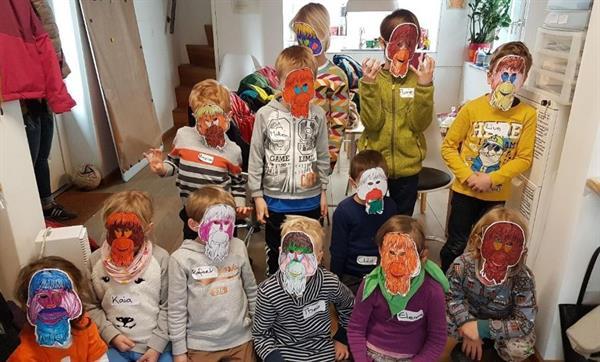 Eine Gruppe aus dem BOS Schweiz-Kinderworkshop mit selbst gebastelten Masken