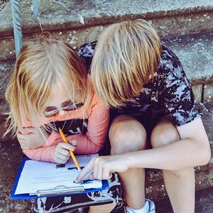 Zwei Kinder halten Notizen in der Hand