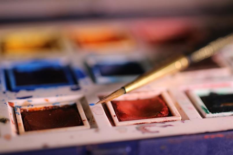 Eine Palette mit Wasserfarben und Pinsel